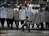 Un manifestante enfrenta a la policía en Asunción