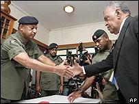 Frank Bainimarama (izq.) y Jona Senilagakali, primer ministro encargado