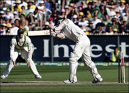 Matthew Hoggard is bowled by Brett Lee