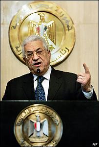 الرئيس الفلسطيني محمود عباس في مؤتمر صحفي بعد لقائه الرئيس المصري في القاهرة