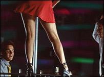 Mujer haciendo striptease en un club
