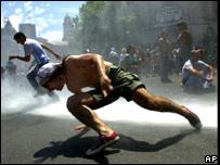 Chorros de agua y gas lacrim�geno en las protestas contra el gobierno de Fernando De la R�a, en diciembre de 2001