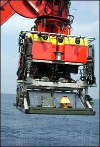 El Isis siendo sumergido en el mar (Centro Nacional de Oceanografía del Reino Unido)