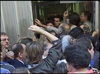 Argentinos tratan de retirar sus ahorros de un banco en 2002.