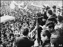 Saddam Hussein se dirige al pueblo en un discurso