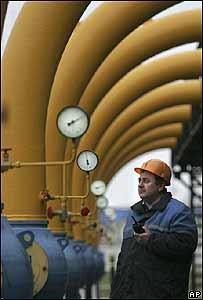 Un técnico de las plantas de Gazprom observa los gasoductos