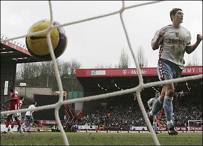 Gareth Barry scores