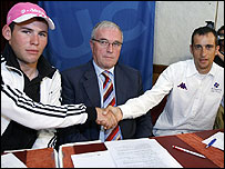 Mark Cavendish (L), UCI president Pat McQuaid (C) and French rider Sandy Casar