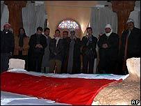 Dolientes en la tumba de Hussein