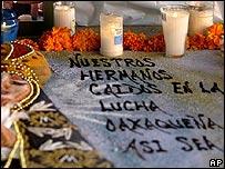Altar con la Virgen de la Soledad en memoria de los muertos.