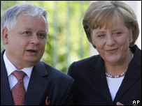 German Chancellor Angela Merkel (r) and Polish President Lech Kaczynski (file image)