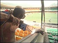 Trabajador suelda una estructura en el estadio Maracan�