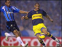 Daniel Diaz y Patricio Boquez disputan balón en partido Gremio- Boca Juniors
