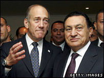 Ehud Olmert (left) and Hosni Mubarak in Egypt in 2006