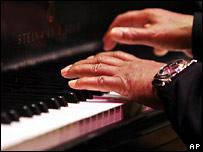 Руки на пианино
