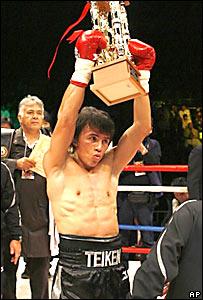 Edwin Valero levanta el trofeo de peso superpluma