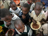 Zimbabwean children eat at the Masarira primary school ( 02 April 2007)