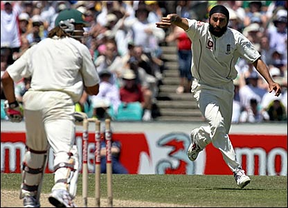 Monty Panesar (right) celebrates after bowling Andrew Symonds before lunch
