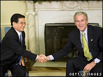 Nguyen Minh Triet shakes hands with George Bush