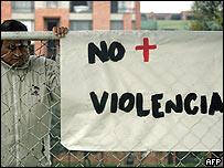 Pancarta contra la violencia en Colombia.