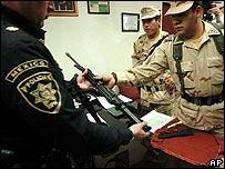 Policías y militares mexicanos en Tijuana