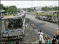 Buses destruidos en disturbios en Rio de Janeiro, Brasil.
