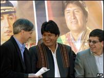El presidente de Bolivia, Evo Morales, junto al vicepresidente, Álvaro García Linera, y el ministro de Energía, Carlos Villegas