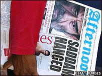 La portada de un periódico anuncia la muerte de Saddam Hussein.