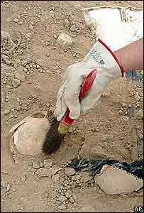 Trabajo forense en el desierto de al-Samawa en la provincia de Muthanna en 2005