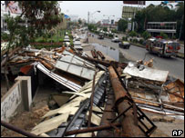 Wreckage on Karachi street, Sunday 24 June 2007