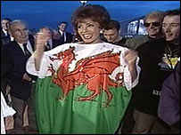 Shirley Bassey in Welsh flag-style dress