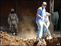 Police inspect grave in Uruapan