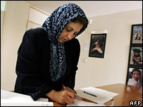 Shirin Ebadi writes a letter in Tehran (25 June 2007)