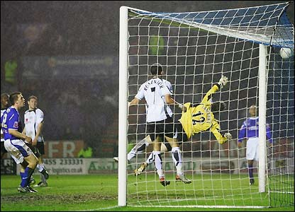 The ball flies into the roof of Fulham's net as Leicester earn a replay