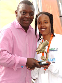Garth Crooks presents the MVP award to Awa Abdullahi