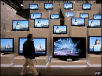 Hombre frente a televisores en Las Vegas