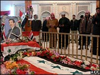 Sunni Arabs pray at Saddam Hussein's grave