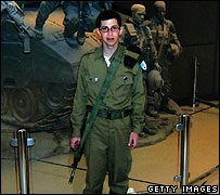http://newsimg.bbc.co.uk/media/images/42423000/jpg/_42423136_shalit203.jpg