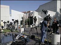 Equipos de TV afuera de la prisión donde está Hilton