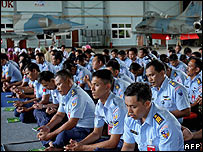 Indonesian air force members pray for missing airline passengers at Hasanuddin Airport in Makassar, Sulawesi, on 8 January 2007