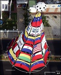 Una pir�mide con las banderas de los doce pa�ses presentes en la Copa Am�rica.