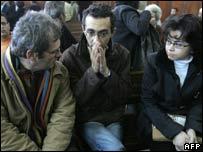 الصحافيان المغربيان إدريس كسيكس( يسارا)  و سناء العاجي( يمينا) يتوسطهما ناشر المجلة رضا بنشمسي