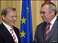 Austrian Chancellor Wolfgang Schuessel (left) with Social Democrat Chairman Alfred Gusenbauer