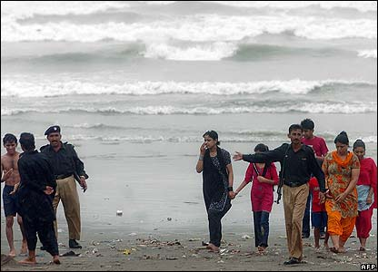Police move tourists away from the sea in Karachi