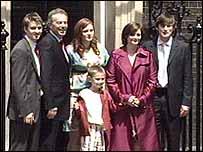Tony Blair y su familia se despiden de Downing Street.