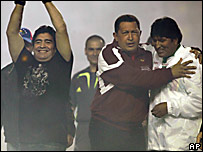 De izq. a der.: Diego Maradona, Hugo Ch�vez y Evo Morales