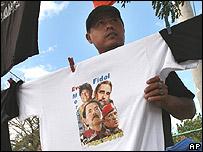 Hombre vendiendo camisetas