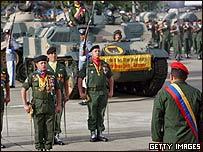 Hugo Chávez revista tropas durante en el día del ejército venezolano.