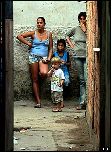 Family sheltering in Alemao