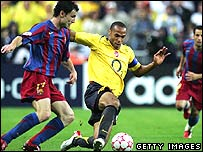 Arsenal (yellow) play Barcelona in the 2006 Champions League final